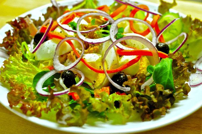 Salat essen für gesunden Cholesterinspiegel